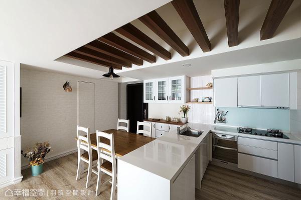利用文化石壁纸和木质元素,搭配乡村风餐桌椅和厨具,与客厅的设计手法相呼应。