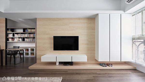 拉大面宽的电视墙结合悬浮式鞋柜与机柜规划,调配出得宜的比例尺度,更形构朗朗器度。