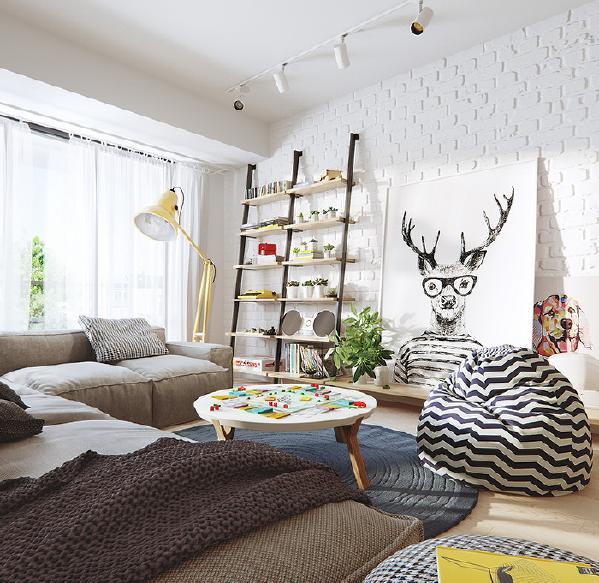明亮的落地窗,让人心情愉悦开朗,随意放置的懒人沙发,让整个空间看起来慵懒惬意,用巨幅的装饰画代替电视。