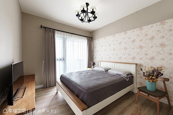 利用碎花壁纸搭配大地色系,延展出空间横向阔度,平衡床头背墙的视觉比例。