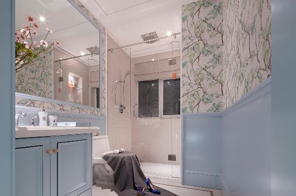 采用的花影曼舞的壁纸,格调柔美妩媚,精细的花纹诉说着它的高雅,简欧风格装修果然名不虚传,连卫生间也装修的如此精致豪华。带着绝对霸气的姿态置于其中。