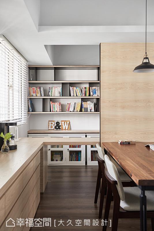 环顾室内不仅可与客厅连结互动,亦可越过书房短墙直探端景书柜,让架上藏书丰富延伸视野。
