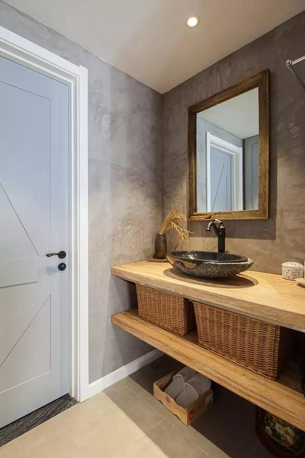 卫生间的洗手台单独设计在外面,干湿分离。复古的水龙头和原木搭配和谐、美好。