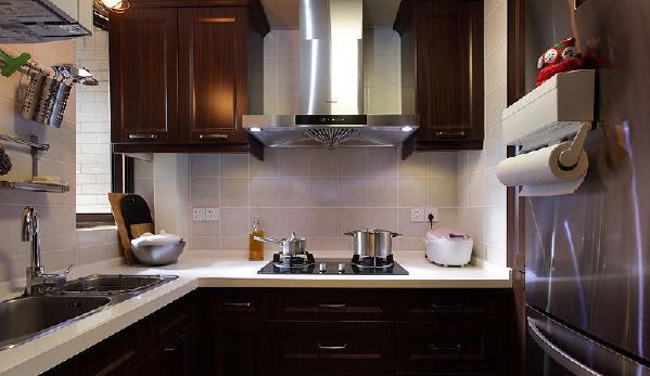 【武汉装修公司 厨房装修效果图】结合现代化的设备与复古深色柜体,合二为一,凸显主人气质