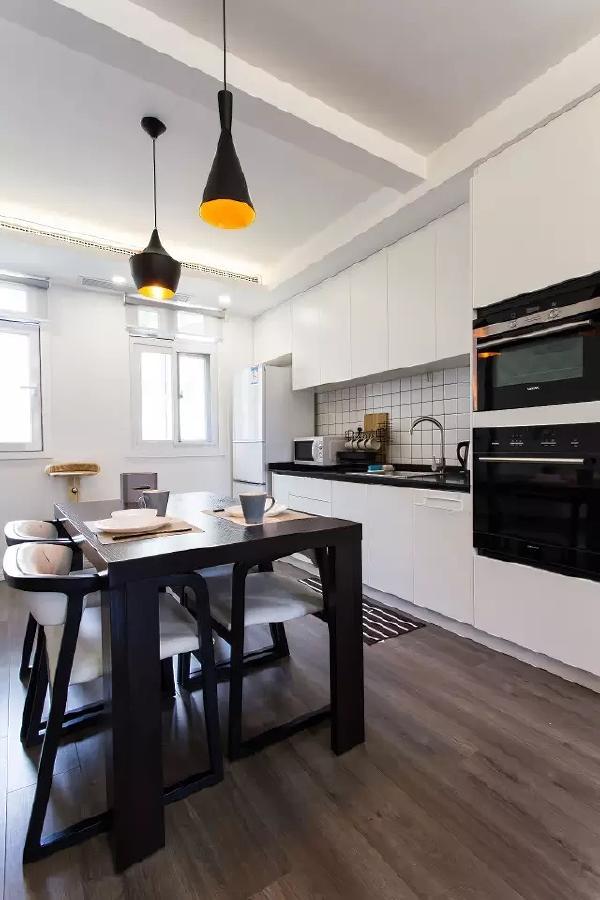 对于一年也不会使用几次煤气灶油烟机的房主夫妇而言,开放式西厨,中岛式餐桌是必然的选择,满足各种常用电器的同时也保留了空间的通透。