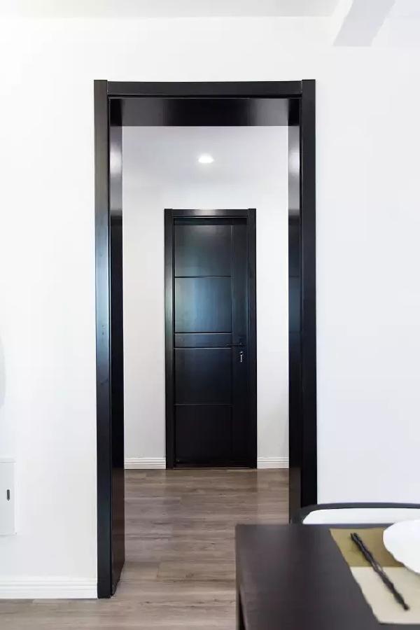 餐区的左前方通向卧室。