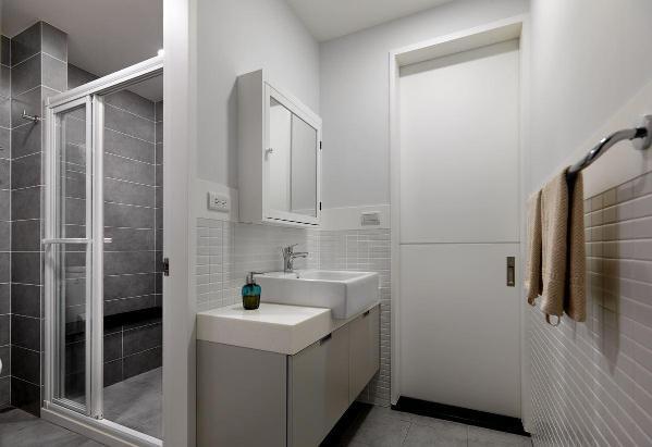 【武汉装修公司 卫生间装修效果图】卫生间的墙砖以两种款式相搭配,不会产生视觉疲劳的情况,看似单一的设计,实则非常的人性化