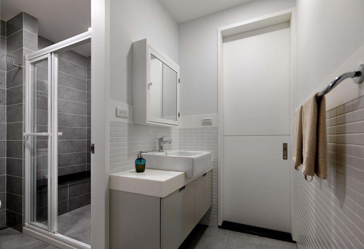 【武汉装修公司|卫生间装修效果图】卫生间的墙砖以两种款式相搭配,不