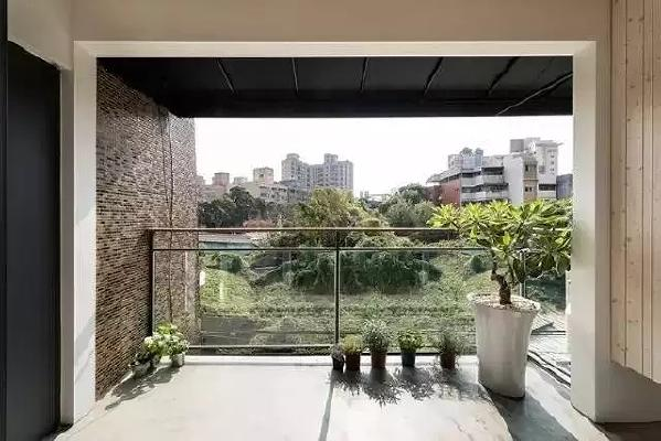 开放式阳台装修不一定非得是生活阳台,单纯的只是家居休闲开放式阳台  装修,生活乐趣多一点。