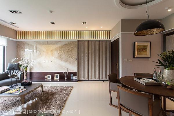 于跨距玄关及客厅的横梁处,施以木工订制的格栅元素,呼应鞋柜的设计主题,并融合镜面及灯光照明,增添视觉层次。