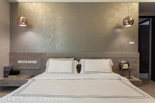 床头以质感柔和的壁纸搭配温润的木质元素,给予居住者悠闲放松的休憩氛围。