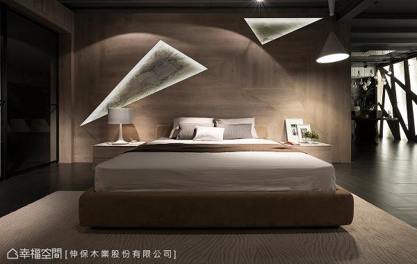 三角几何拼贴的灰橡洗白板材局部跳接卡拉拉白板材与灯光,于温润质感中表现时尚创意。