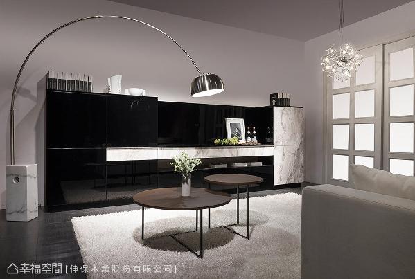 安格拉白板材与黑色钢烤精巧的比例规划,对比出利落时尚的现代语汇。