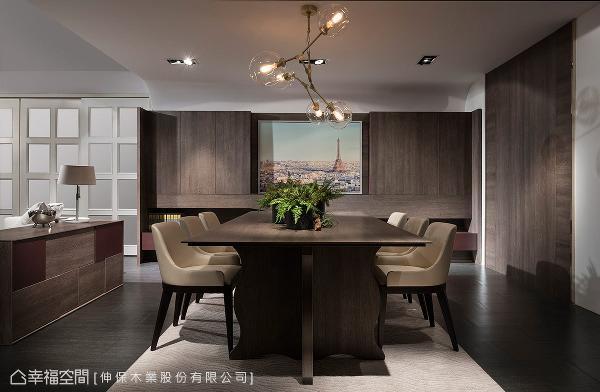 量身订制的古典造型餐桌搭配深色系统板材营造,从细节线条的变化呈现轻美式古典样貌。