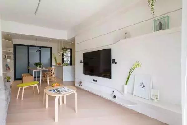 电视墙虽然是一片白,却用木板做了成了弧形的置物架,兼具层次感和美  感。