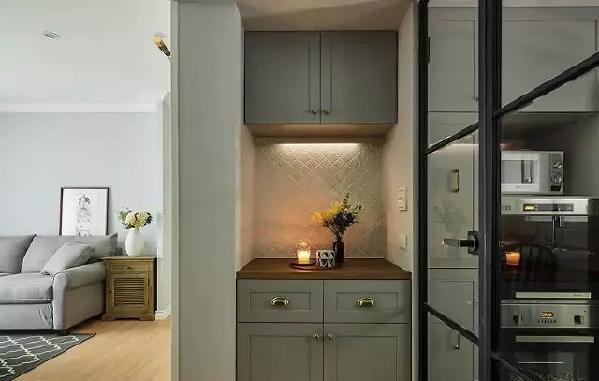 ▲ 厨房门口的角落灰色柜体和金色金属把手有一种英式情调