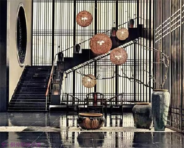 天圆地方   传统中式风格的天花板主要分为天花和藻井,门窗则一般使用棂子做成方格图案。在简约主义风行的今天,设计师更倾向于将这些元素融入现代风格的室内设计,体现对中式传统的精神追求。