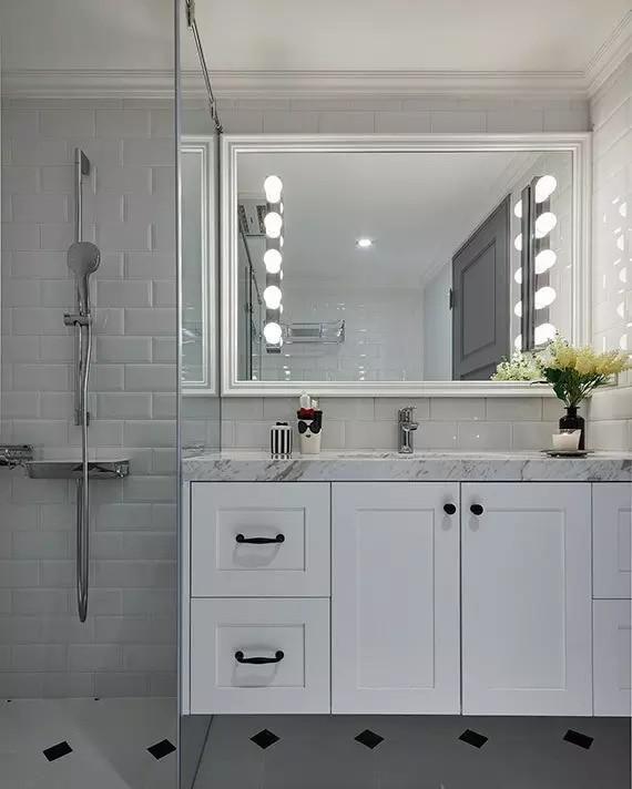 ▲ 黑白色的卫浴空间,用面包砖工字铺贴