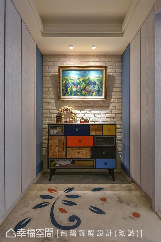 白色文化石墙搭配拼贴造型端景矮柜,朴质的水泥地坪饰以原木图腾,散发出温暖的手作感。