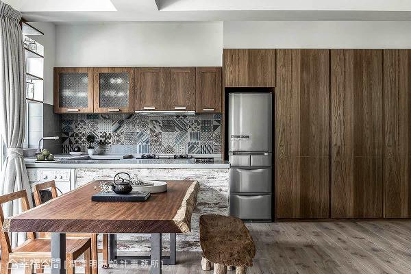林宥良设计师依循屋主的风格喜好,一笔笔绘出空间表情,并藉由木地板、栓木柜面与木质餐桌椅,打造「自然温润」的居家环境。