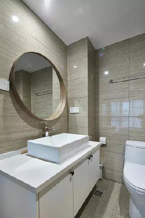 白色洁具,灰色地面,完美体现出现代风格家居设计的特点。