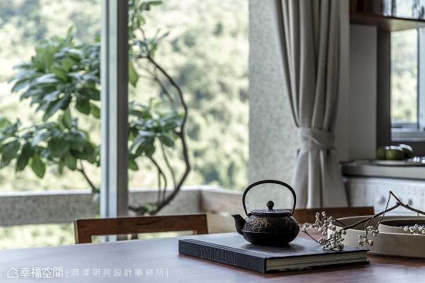 让生活回归初始,在靠窗的餐桌上沏壶茶,享受都市中难得的阳光、绿意、微风。