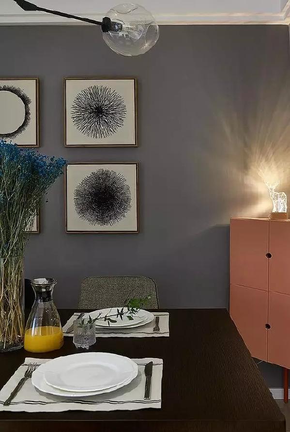 抽象的挂画让单调的墙面变得丰富。