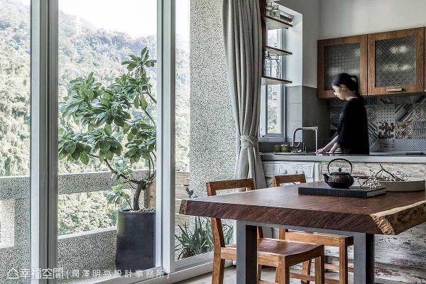 在开放式餐厨区中,购置原木长桌及木质餐椅,提供屋主招待亲友们的欢聚的场域。