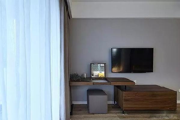 床尾的墙上也挂了一台电视,不必和老公抢遥控器啦~电视柜和梳妆台是一  体的,巧妙的设计也很耐看。