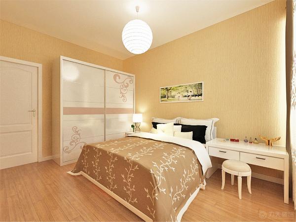 主卧是很常规的家具摆放,衣柜,床,梳妆台,相互协调统一。地面时强化复合地板,脚感好又实用。
