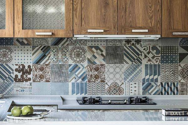 厨房餐柜使用复古情怀的毛玻璃,搭配图腾及色调独特的进口壁砖,体现出新旧交融的混搭艺术。
