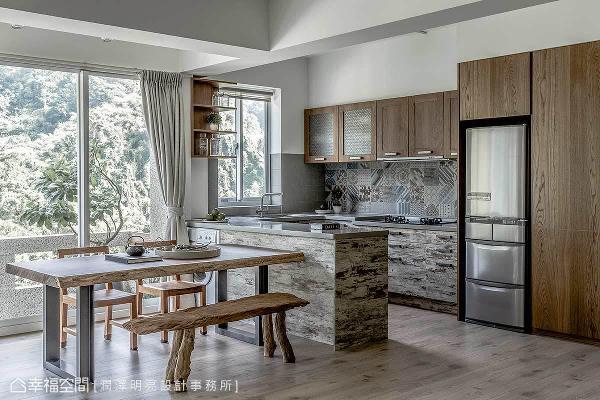 餐厨空间的铺排上,润泽明亮设计透过机能整合,将中岛与餐桌做连结,使其拥有更流畅的出餐动线。