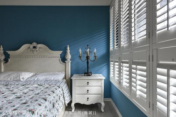 以蓝白配色为基底,搭配实木百叶窗,将自然光筛落一室。