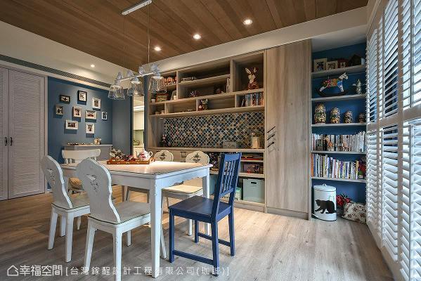 木质展示柜以马赛克拼贴创造视觉焦点,结合纪录一家人生活点滴的相片墙,围塑出温馨的居家氛围。