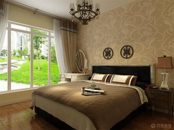 主卧室墙面采用淡黄色乳胶漆,床头贴壁纸,床边放梳妆台。次卧墙面采用淡蓝色乳胶漆。书房采用淡黄色乳胶漆,到顶大衣柜。