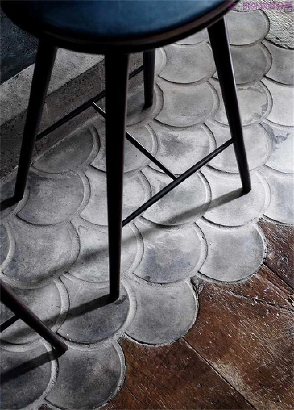 简洁流畅的餐椅,水泥鳞片图形地板,做旧的木板……刚与柔的转换,独特的视觉感受,从简约的图形中获得灵感,往往能收获意想不到的装饰效果。