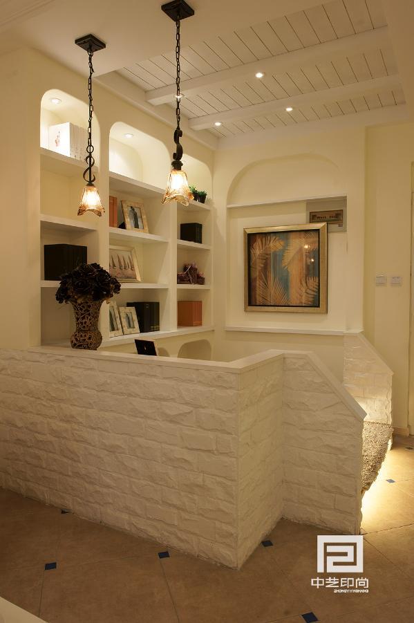 利用墙体的造型设计成地中海风格的书柜,顶面采用了木制白色木梁分割了顶面区域这也是地中海风格的一种顶面延伸。