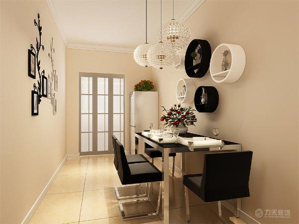 客厅电视背景墙采用石膏线圈边,里面加壁纸,两壁纸相对比