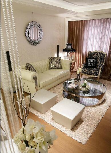 整个空间以「清新白色」与「柔美优雅」作为氛围基调,设计师以古典精致细腻的语汇结合时尚都会的俐落线条,打造出浪漫柔美的新式古典美学概念,充分展现都会时尚女性的生活型态。