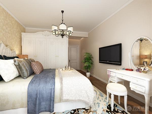 过来是一个次卧,分别放有床、书桌椅和衣柜。而且房间里有一个窗户,通风效果和采光效果也会非常好的。