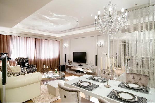 电视主墙以仿古银的线板边框包覆手法,丰富立面质感。