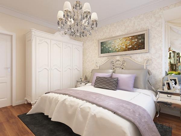 主卧室空间色彩相对温馨,在衣柜以及床品的选择上都非常温馨舒适。床头背景贴了一面墙的壁纸作为装饰,并配有一幅装饰画作为点缀。