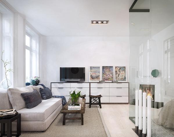 白色装修简洁大方,不用去调和配色,也更好体现软装的家居风格。电视背景墙考虑到功能性,做了一个边柜。