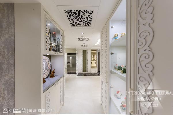 廊道两侧分别规划不同型式的展示柜,并加之精致的雕花图腾,让行进的每一步都是场视觉飨宴。