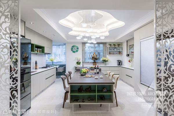 考虑屋主喜欢下厨,周境雅设计师从空间尺度、动线与机能着手,打造实用性极佳的厨房;厨具也特别挑选耐看色系,托衬缤纷佳肴的美味。