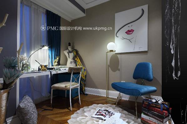 身为服装设计师的女主人,在这个自己独有的空间里,用多彩的服装材料,来诠释自己对时尚的独到理解。