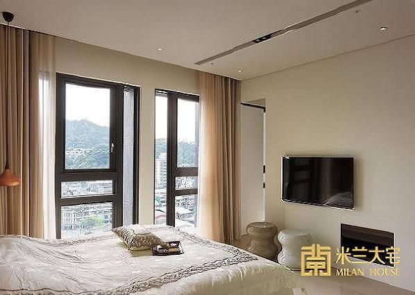 利用浅色为基调,大面积的开窗设计,让窗外的山海美景就如室内的一幅画般。