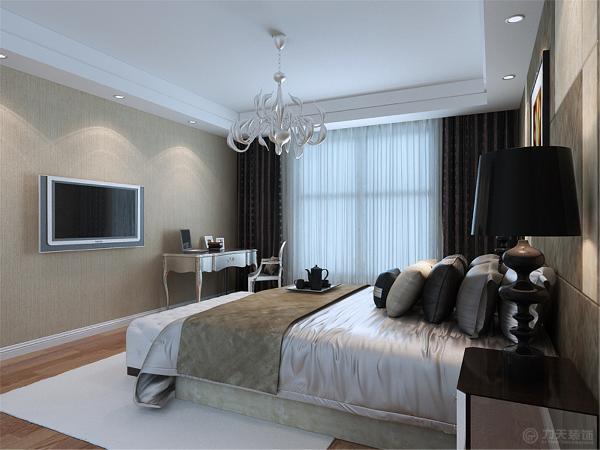 主卧室床头采用软包布艺装饰,,搭配地板和欧式的写字台。烘托出我们想要的氛围。