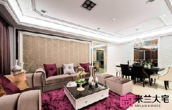 构筑为同一条视觉轴线的客、餐厅,拥有丰富的立面设计,沙发背墙使用图腾壁纸增添华美质感,右侧则运用茶镜与灰镜构组的设计,平衡电视主墙的视觉比例。_副本