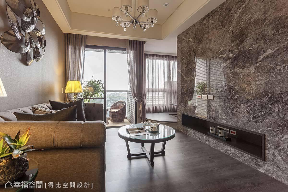 以大理石打造电视墙,沙发背墙铺贴同色系进口壁纸相呼应,围塑出精品